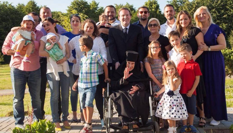 Bogoljub Karic with his family: Wife, mother, kids and grandchildren